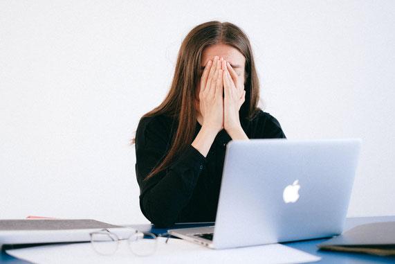 Frau, verzweifelt, Laptop, Überforderung und Stress