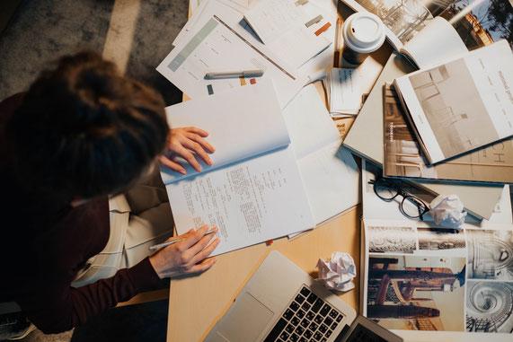 Frau, Schreibtisch, Chaos, Überforderung und Stress