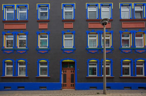 Auch Schwarz ist eine Farbe - und steht diesem Haus in der Magdeburger Otto-Richter-Straße gut.