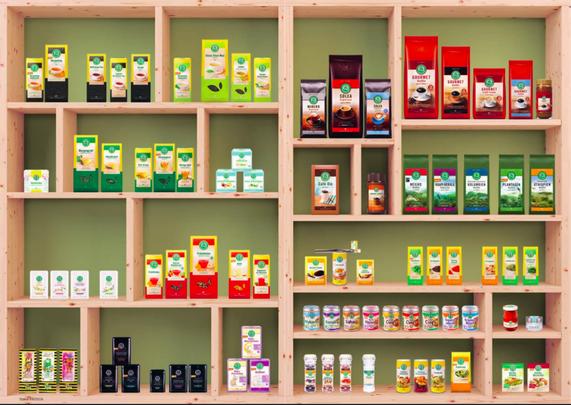 Die aktuellen Lebensbaum-Artikel im Design-Überblick (unten links z.B. die Tee-Meisterwerke). Fotoquelle: Lebensbaum, Nachhaltigkeitsbericht, 2016