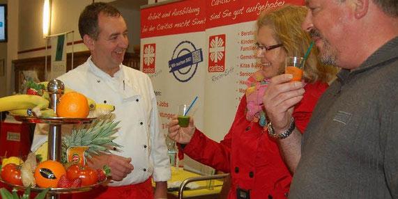 Karl Heinz Gayr vom Seniorenstift Stiftung Hambloch servierte gesunde Säfte - in allen Farben