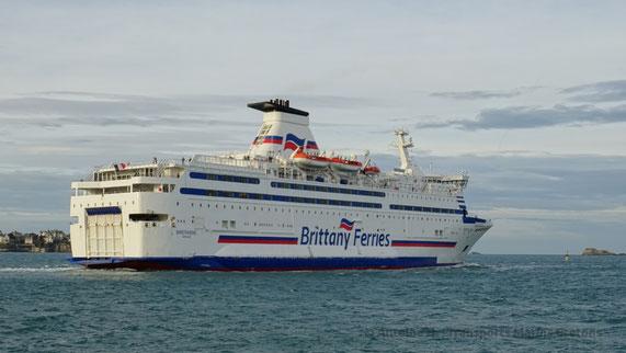 Bretagne quittant Saint-Malo pour se diriger vers Portsmouth.