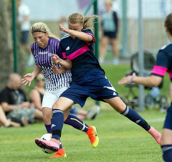 Energischer Einsatz: Jule Gloy (vorn) beim Gothia-Cup in Schweden