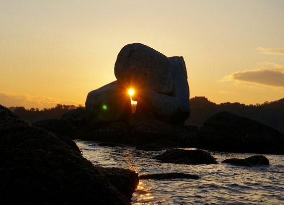 白石の鼻の巨石の石組みに沈む夕日