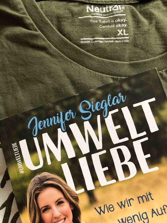 Ein Erkennungsmerkmal von fairer Kleidung sind zum Beispiel Siegel, wie hier das Neutral-Siegel im T-Shirt von dem nachhaltigen Modelabel Sandy P. Peng.