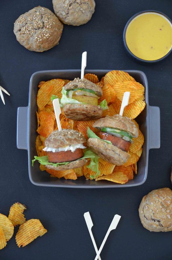 Miniburger auf Chips mit selbstgemachten Laugenbrötchen