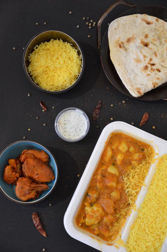 Indisches, veganes Curry mit Safranreis und Naan-Brot.