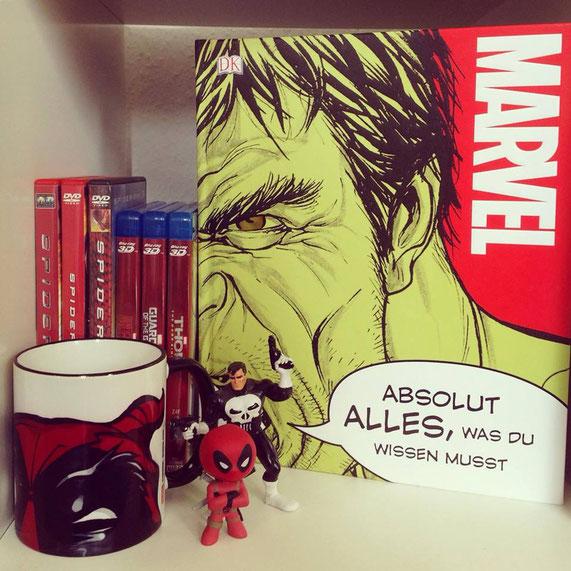 In einem Marvel-Regal darf das Buch auf keinen Fall fehlen (Merchandise: freundliche Leihgabe von einer lieben Freundin).