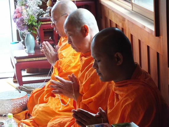 「ワット・パークナーム」より僧侶方をまねいてのタンブン