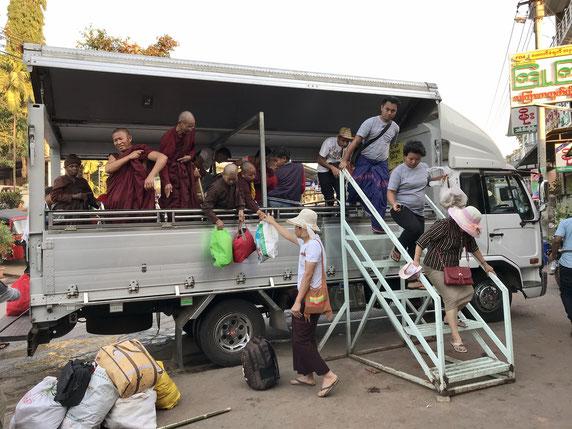 Touristen, Mönche und Einheimische - alle vereint im Truck zum goldenen Felsen