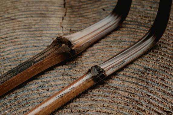 茶杓となる煤竹を大まかに削り、枉げてのちしばし寝かします