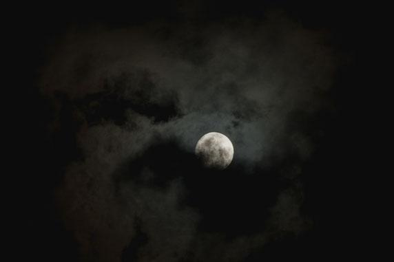 満月少しまえの月、雲