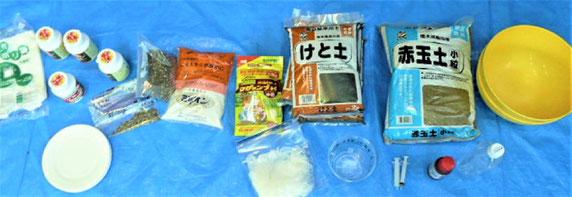"""当日、用意された""""たねダンゴ""""づくりの原材料いろいろ。写真:上尾さん撮影"""