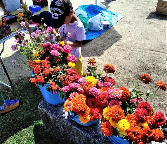 あふれるお花と少年・・・