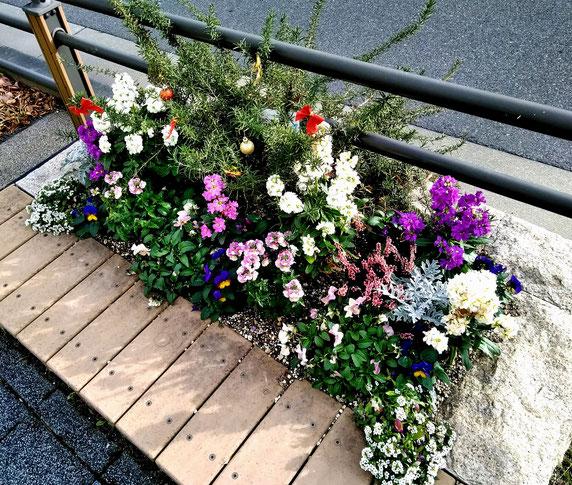 デザインが抜群の沿道花壇・・ベンチも兼ねているようです。