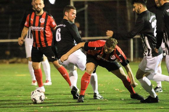 OSV-Stürmer Adrian Voigt (mi.) hat den Ball am Besten im Blick. Foto: Maurice Herzog