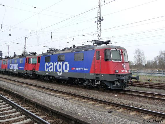 Gemeinsam mit den Schwestermaschinen 421 373-2 und 421 377-3 steht 421 376-5 am 19. April 2013 in Luth. Wittenberg Hbf.