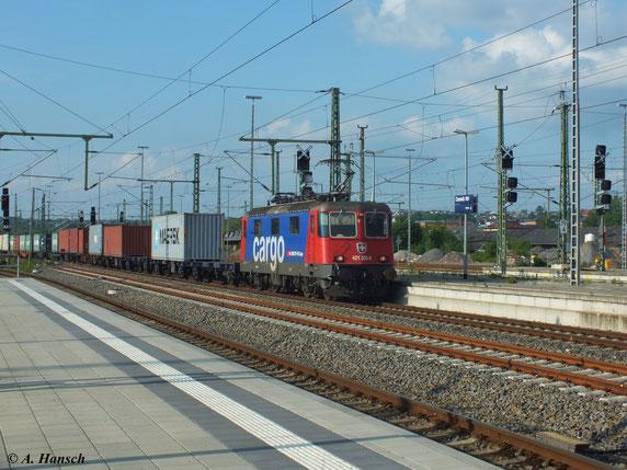 Am 6. Juni 2013 rollt 421 393-0 mit dem Contrainerzug nach Glauchau durch Chemnitz Hbf.