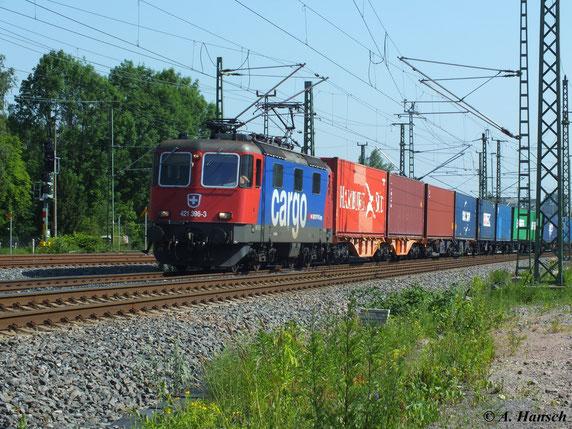 421 396-3 zieht am 19. Juni 2013 einen Containerzug aus Glauchau in Richtung Riesa. Gerade kommt der Zug am AW Chemnitz vorbei