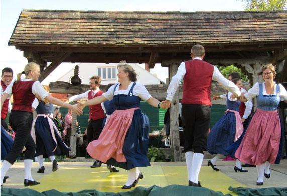 In Dirndl und Tracht, der lebendigen traditionellen Kleidung der Menschen am Land, lässt sich gut tanzen.
