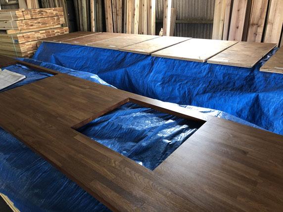 オイル塗装後の様子。木製のキッチンカウンター がどれくらい持つか分からないが、自宅なので経過観察もできるかなと。
