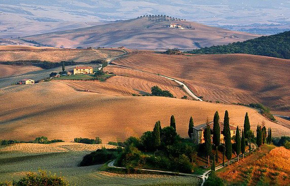 The unmistakable Tuscan landscape where the use of aligned cypresses serves to delimit the boundaries of avenues and gardens