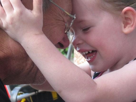 Ein kleines Mädchen spielt mit ihrem Opa. Foto: Rita Köhler/pixelio.de
