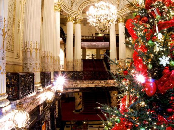 Geschmückter und erleuchteter Weihnachtsbaum in der Grand Lobby der Heinz Hall in Pittsburgh, Heimat des Pittsburgh Symphony Orchestras..