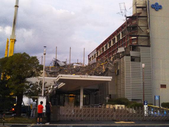 泉南府民センタービルの足場が倒壊。