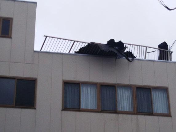 降ってきた建材に潰された屋上フェンス
