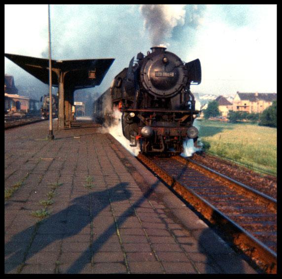 23 054 mit Personenzug im Bf Eppelborn       1974