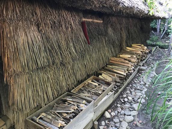 藁を干したり、薪を割ったり、