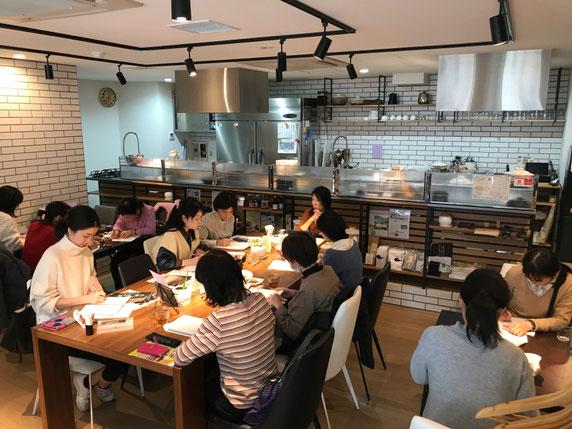 女性の悩み解消する食養講座での風景