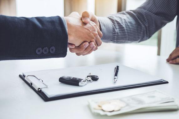 Zwei Personen geben sich einen Handschlag