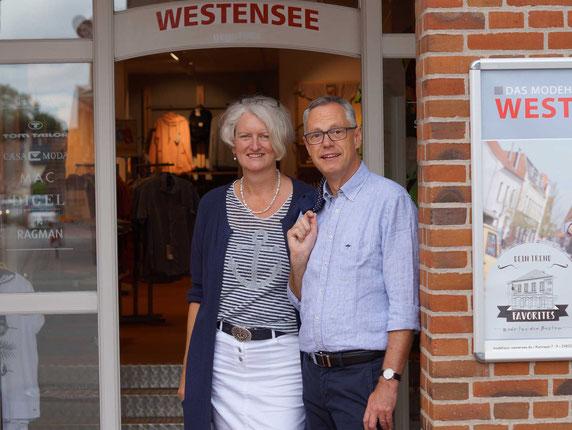 Ines und C.-R. Westensee vor dem Hauptsitz Ihres Modehauses in Tönning