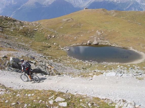 Lago grande vicino alle caserme