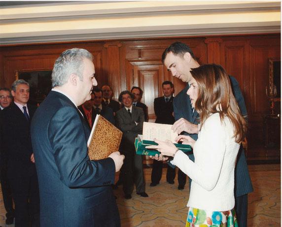 Entregando un libro a los Reyes en representación de las librerias anticuarias españolas