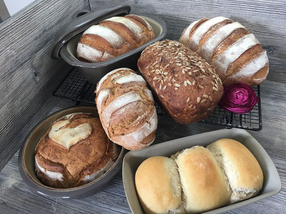 Brote auf Arbeitsplatte angerichtet