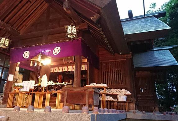 十社大神 令和二年春季例祭の宵祭り 向拝をライトアップし外で奉仕