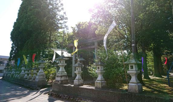 十社大神 春季例祭のため色鮮やかな旗を境内各所に設置