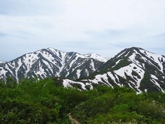 ▲中央左の大朝日岳から稜線を下り右の小朝日岳を経て鳥原山。「あ~ここまできたなぁ」と思わず行程を振り返える。