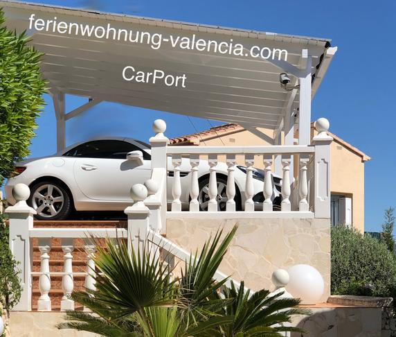 Carport der Ferienwohnung Valencia mit dem Auto eines Gastes