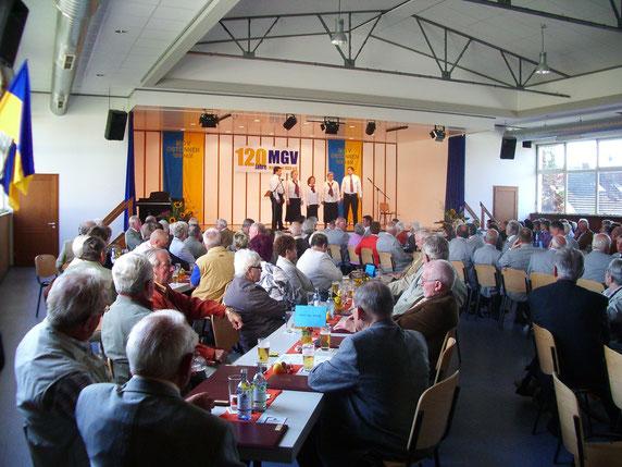 Unser Vocalensemble auf der Bühne der vollbesetzten Hellweg-Halle