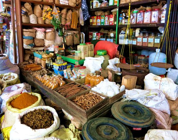 Zahlreiche Gewürze auf dem Markt in Pathein
