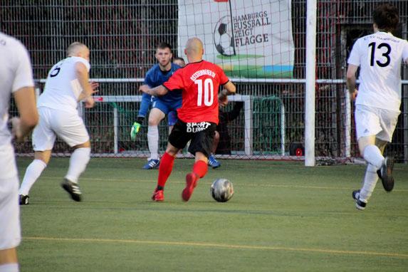 Marcel Meyer (Nr. 10) auf dem Weg zum nächsten Treffer. Foto: Mathias Reß