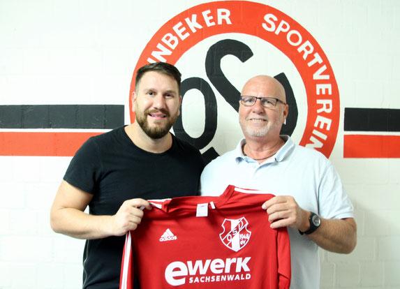Stürmer Eddy Örün (li.) mit Liga-Obmann Michael Baaß. Foto: Mathias Merk