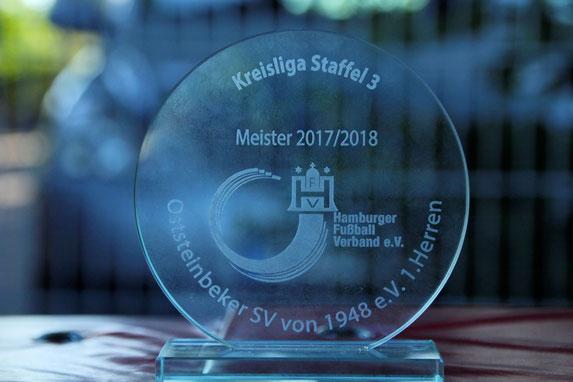 """Die """"Meisterschale"""" vom Hamburger Fußball Verband. Foto: Mathias Merk"""
