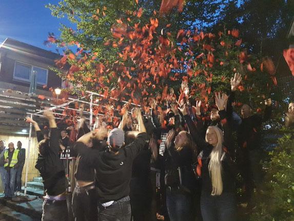 Zu Beginn der zweiten Halbzeit schmissen die Fans schwarz-rote Schnipsel in die Luft. Foto: Mathias Reß
