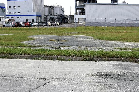 写真3 苫東厚真火力発電所のある埋立地の液状化現象(撮影:陶野郁雄)