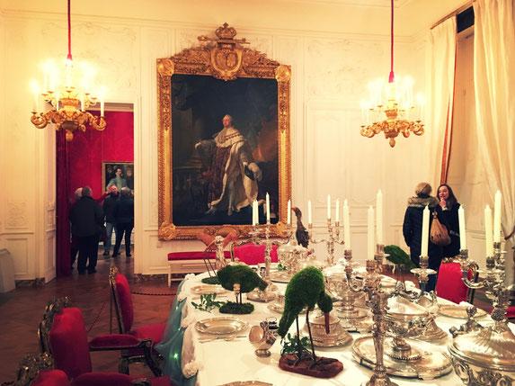 大きな肖像画は、ルイ16世。あのマリーアントワネットのご主人だったキングです。他エリザベス1世や、びっくりするような歴史上の有名人の肖像画もロスチャイルドのコレクションの一つ。